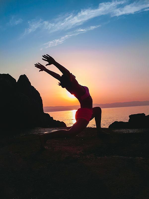 praktyka jogi trening na wakacjach odpoczywanie na urlopie wschod slonca