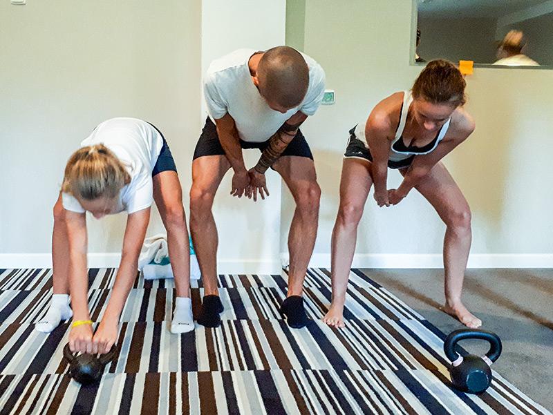 Trening uzupełniający kettlebels dla uczestników obozu biegowego w górach